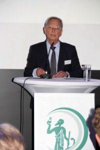 Moderator Dr. Axel Schroeder am Rednerpult