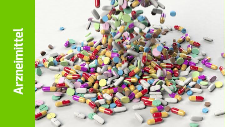 Ein Tablettenregen fällt auf den Tisch