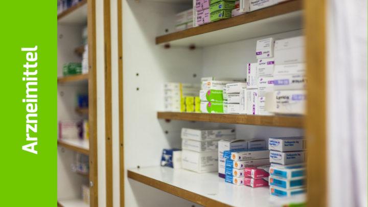 Arzneimittelschachteln in einem offenen Schrank