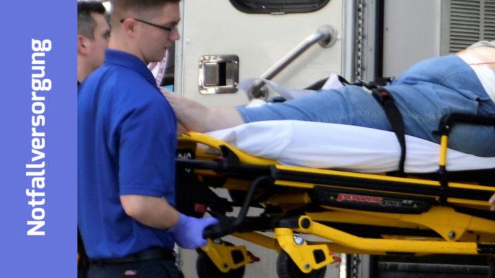 Ein Patient wird mit Trage aus dem Rettungswagen geholt