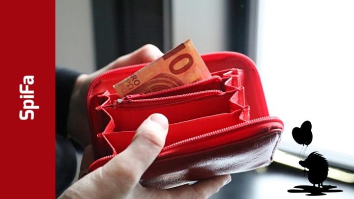 Ein Portmonnaie wird aufgehalten. Ein 10€-Schein schaut raus. Unten am Rand ein stilisierter Igel mit Luftballons in der Hand