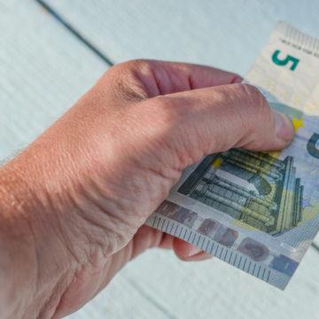 5 Euro in der Hand
