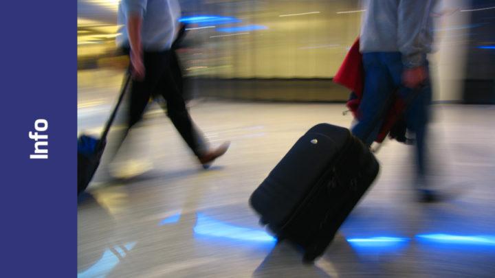 Reisende mit Rollenkoffer