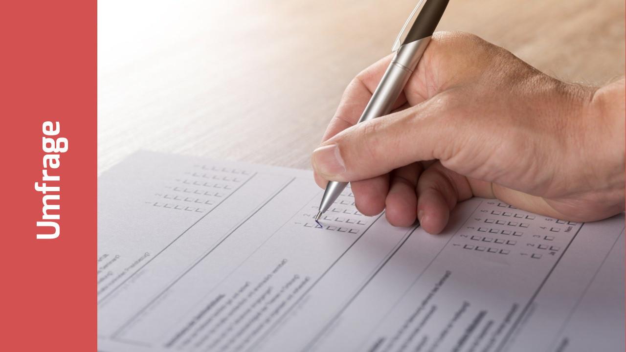 Hand mit Stift über einem Multiple-Choice-Fragebogen