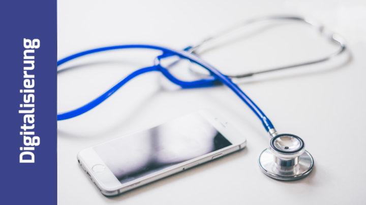 Stethoskop und Handy liegen beieinander