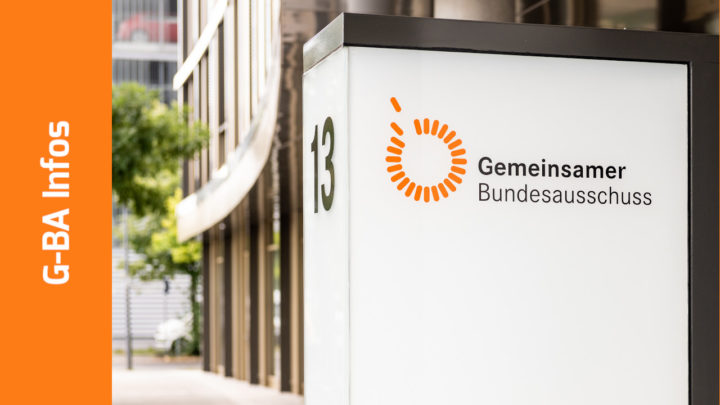 """Foto von einem Gebäudeteil des G-BA mit großer Hausnummer """"13"""" und Logo auf weißer Wand"""