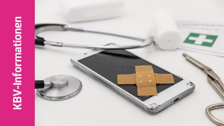 Neben dem Stethoskop liegt ein Smartphone mit aufgeklebtem Pflaster