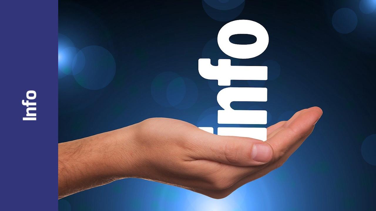 """Eine Hand hält die Buchstaben """"info"""""""
