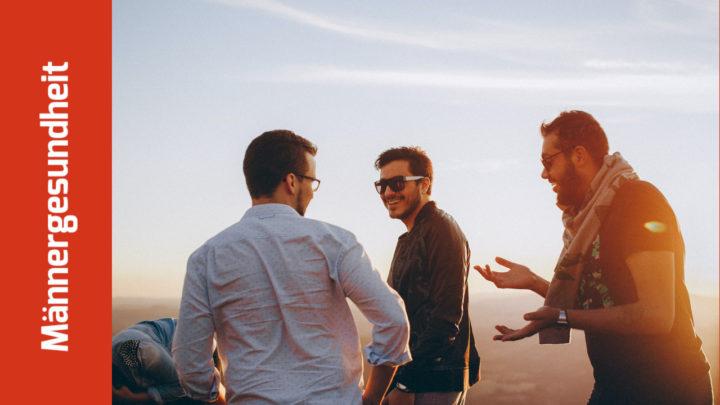 3 Männer reden lachend miteinander